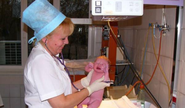осмотр новорожденного врачом